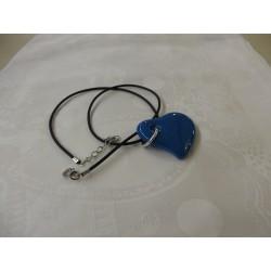collier en verre forme coeur lien noir