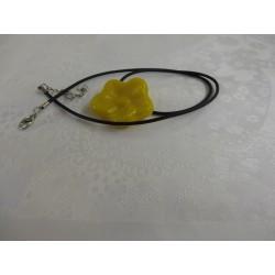 Collier en verre jaune forme fleur lien noir réglable